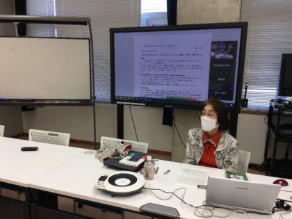レクチャーする尾畑納子先生。呉羽キャンパス、富山短期大学ともオンライン でつながりました。