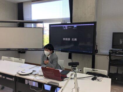 レクチャーする伊藤葵先生。呉羽キャンパスともオンラインでつながりました。