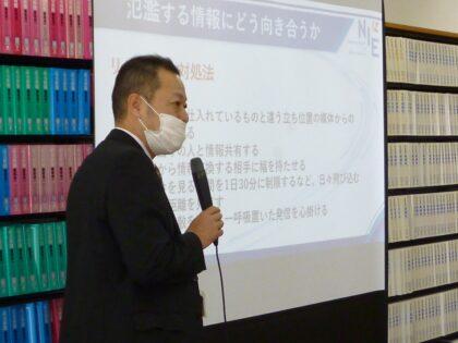 講義を行う北日本新聞社読者局次長の黒田哲也さん