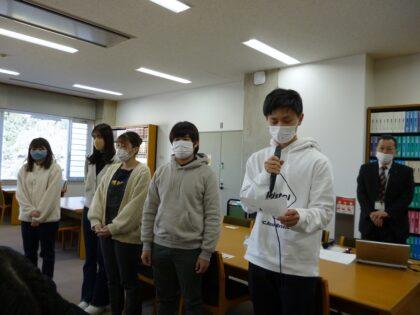 グループ・ディスカッションの内容を発表する学生たち